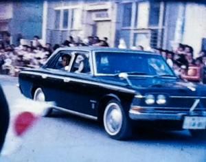 皇太子時代の天皇陛下と美智子さまを歓迎する沿道の住民ら=1968年4月、奄美市名瀬(映像より)