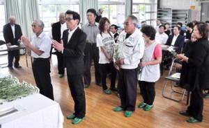 「お別れの会」で献花する参列者=24日、和泊町