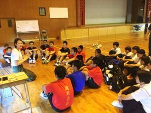 バレーボール部員へアドバイスする大山さん(左)=提供写真
