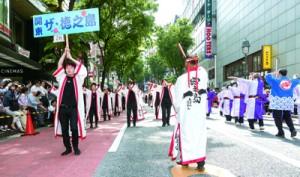 島自慢の=闘牛=も登場した踊りが大会の名物となった「関東・ザ・徳之島」