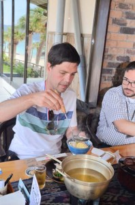 ばしゃ山村で初めての鶏飯を堪能するイブさん=22日、奄美市笠利町