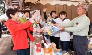 黒糖焼酎の試飲もあった物販コーナー(上)と奄美の味を再現した調理コーナー=4月28日 宮城県名取市熊野那智神社