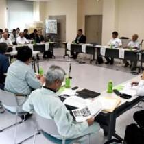 「徳之島愛ランドクリーンセンター」の今後の施設整備日程などを協議した検討委員会=13日、伊仙町目手久