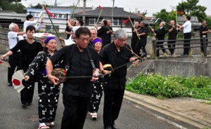 踊りながら祖先の霊を墓へ送る参列者ら=18日、知名町瀬利覚