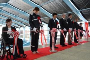 テープカットでリニューアルを祝う中村さん(左から2人目)と朝山市長(同4人目)ら=11日、奄美市笠利町