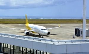 関空からの最後の客を乗せて到着したバニラ・エアの旅客機=6日午前11時50分ごろ、奄美空港