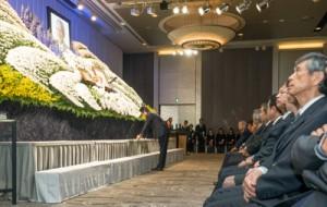保岡さんの遺影が飾られた祭壇に献花をする安倍首相(中央)=30日、東京千代田区永田町のホテル