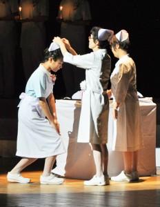 37人がナースキャップを授かった奄美看護福祉専門学校の戴帽式=10日、奄美市名瀬の奄美文化センター