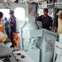 「輸送艇1号」艇内を見学する一般公開参加者ら=15日、瀬戸内町