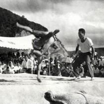 相撲ファンを熱狂させた高倉投げ=1952年、宇検村湯湾の豊年祭