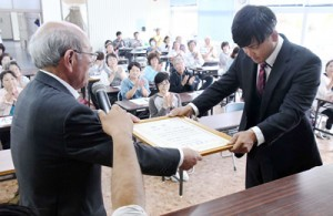県フラワーコンテストで金賞を受賞した須川俊和さん(右)=16日、天城町瀬滝