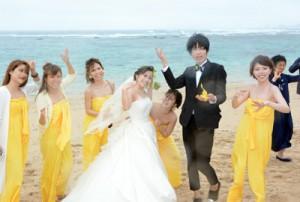 海岸で六調を楽しむ伸一郎さん、由稀さん夫妻と友人たち=18日、奄美市笠利町
