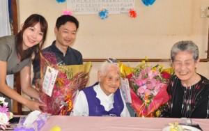 笑顔で107歳の誕生日を迎えた沖永良部島最高齢の大里アキさんとその家族=25日、和泊町国頭