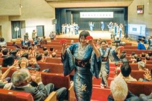 客席を巻き込んでの八月踊りと六調で盛り上がった第5回山ゆり会発表会=6日、東京・練馬区
