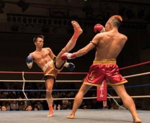 判定の末、2階級制覇を逃した伊仙町選手(中央)=5日、東京・後楽園ホール