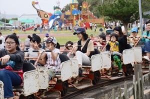 リニューアルされたあやまる岬観光公園の遊具で歓声をあげて楽しむ家族連れ=2日、奄美市笠利町