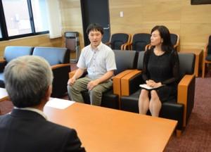 朝山市長に退任あいさつする(右から)谷さん、長瀬さん=31日、奄美市名瀬