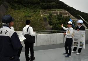 ハード整備が進む現場を視察する防災点検の参加者=29日、大和村