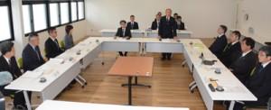奄美市の男子中学生自殺を受け市教委が設置した再発防止検討委員会の初会合=7日、奄美市名瀬