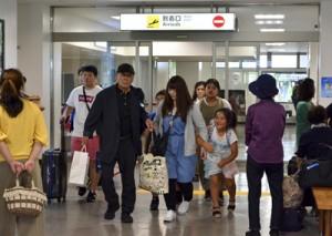 旅行客や帰省客でにぎわう空港ロビー。関係者からは関西線の早期運航再開を望む声が聞かれた=6日正午ごろ、奄美空港