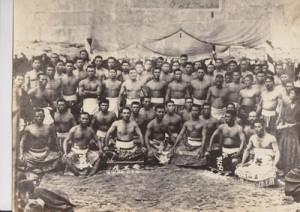 1920年、大島角力協会発足時の写真。筋骨隆々とした力士(奄美博物館所蔵)