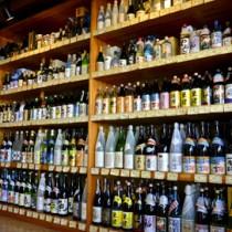 出荷量は横ばいを維持している奄美黒糖焼酎=4月27日、奄美市名瀬の酒販店