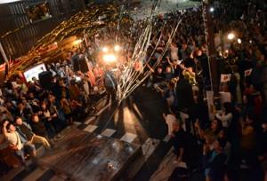 カウントダウンの大合唱で令和の訪れを祝った屋仁川の特設会場=1日午前0時、奄美市名瀬