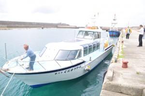 沖永良部、与論、沖縄本島間に就航予定の小型高速旅客船=17日、知名町の知名漁港