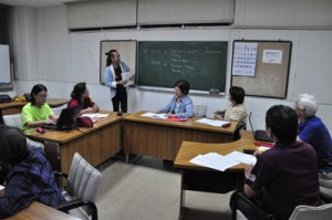 グループに分かれ、しまむに辞書づくりに取り組む受講生ら=24日、知名町中央公民館