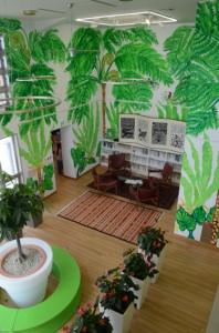 オープンした放浪館の内壁に描かれた大宮エリーさんの作品