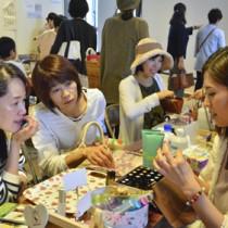 化粧品作りのワークショップなどが人気だったアマミー女子会=25日、奄美市