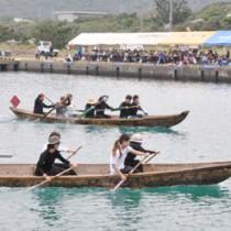 選手や観客が一体となって盛り上がった舟こぎ大会=12日、瀬戸内町の与路港
