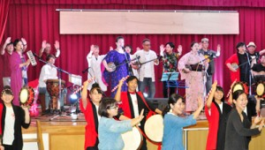 フィナーレには全員が舞台に上がり、永良部百合の花を歌い、踊った出演者ら