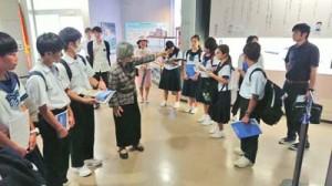 対馬丸記念館で遺族の話を聞く大和中学校の生徒=15日、沖縄県那覇市(提供写真)