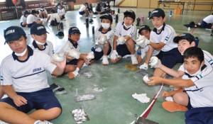 自分で磨いたヤコウガイを手に笑顔を見せる生徒ら=23日、和泊町