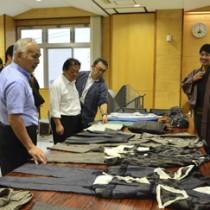 商談で用いた試作品の大島紬商品も展示された報告会=8日、奄美市名瀬