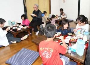 子ども食堂の料理を食べる利用者=徳之島町亀津