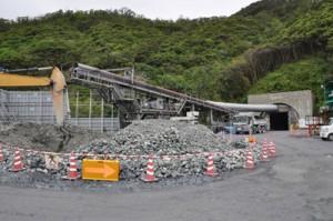 掘削工事が順調に進む宮古崎トンネルの国直側坑口=4月、大和村