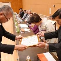 幸野副町長から祝状を受け取る金婚夫婦=23日、徳之島町亀津