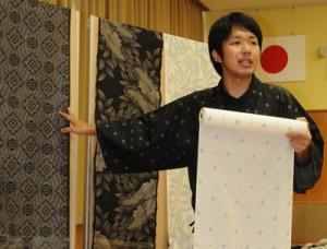 大島紬の魅力や生産の課題などを語る前田圭祐さん=8日、奄美市