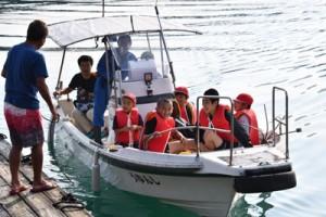 漁船を使い通学する屋鈍集落の子どもたち=24日午前7時40分ごろ、宇検村平田漁港
