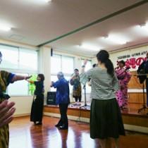 会場一体となって盛り上がった「永良部百合の花」=22日、瀬戸内町加計呂麻島・俵小学校
