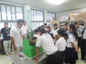 土砂災害の模型実験に見入る伊子茂小中の子どもたち=26日、瀬戸内町(提供写真)