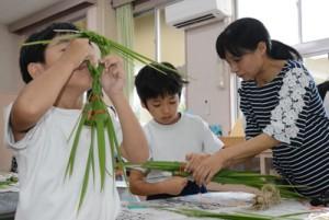 ガヤマキ作りに挑戦する児童ら=8日、大和村の名音小