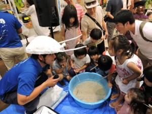ハマガメ釣りに夢中の子どもたち=1日、沖縄県北中城村