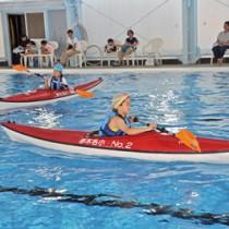 カヌー体験を楽しむ児童=22日、笠利B&G海洋センタープール