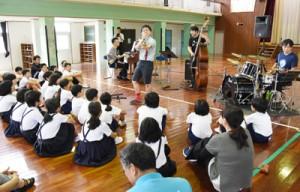 児童らが独特のリズムに触れたジャズのミニ演奏会=7日、宇検村の田検小学校