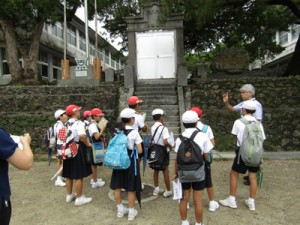 瀬戸内町内にある戦跡を巡り、戦争の歴史を学んだ篠川、嘉鉄、油井3校の子どもたち=20日、同町(提供写真)