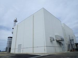新与論発電所に増設された発電機建屋(九州電力鹿児島支社提供)