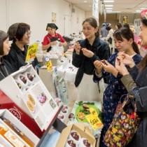 人気を集めたパッションフルーツの試食コーナー=10日、東武百貨店船橋店